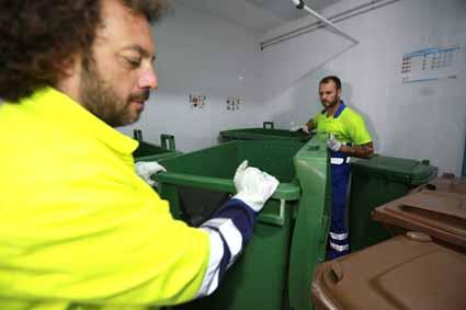 operarios recogida cuarto basura hotel