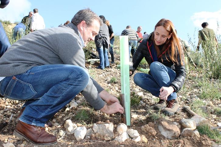 El responsable de Eroski Baleares y la directora general de Medio Natural durante la jornada de reforestación.