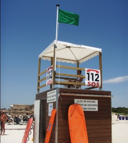 Torre de vigilancia y puesto de socorro en una playa.