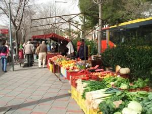 Los puestos de fruta y verdura triunfan en el mercado