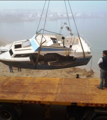 Una de las embarcaciones retiradas en la playa de El Toro