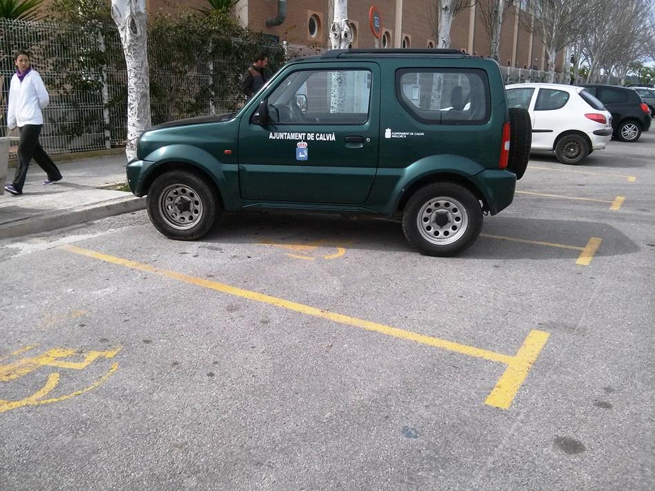 Este vehículo permaneció media hora ocupando dos plazas reservadas a minusválidos