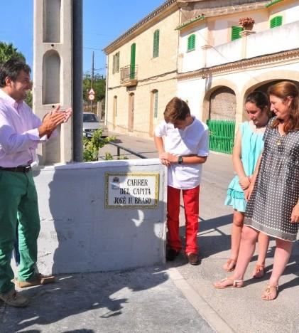 El alcalde junto a los familiares ante la placa de la nueva calle de la localidad en tributo al Capitán Eraso